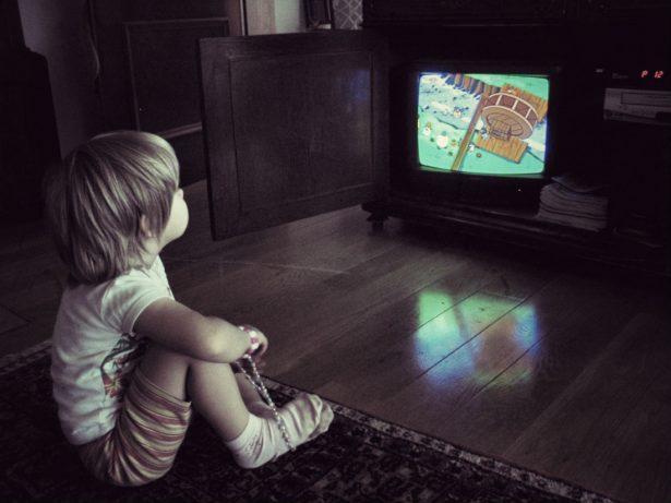 Как использовать видео и телевидение, чтобы создать контакт с ребенком с РАС